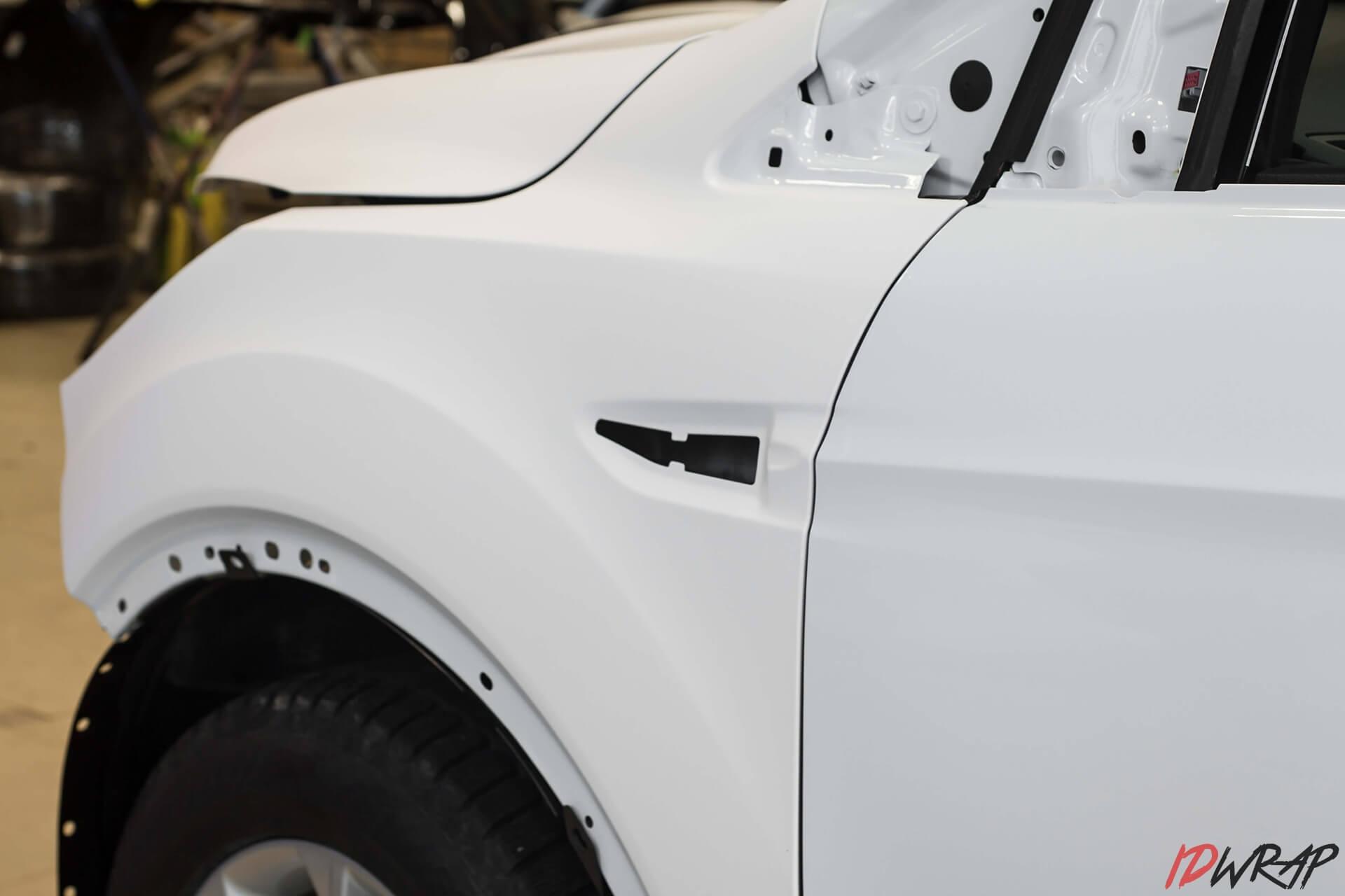 Антихром для автомобиля Форд Куга и оклейка белой матовой пленкой
